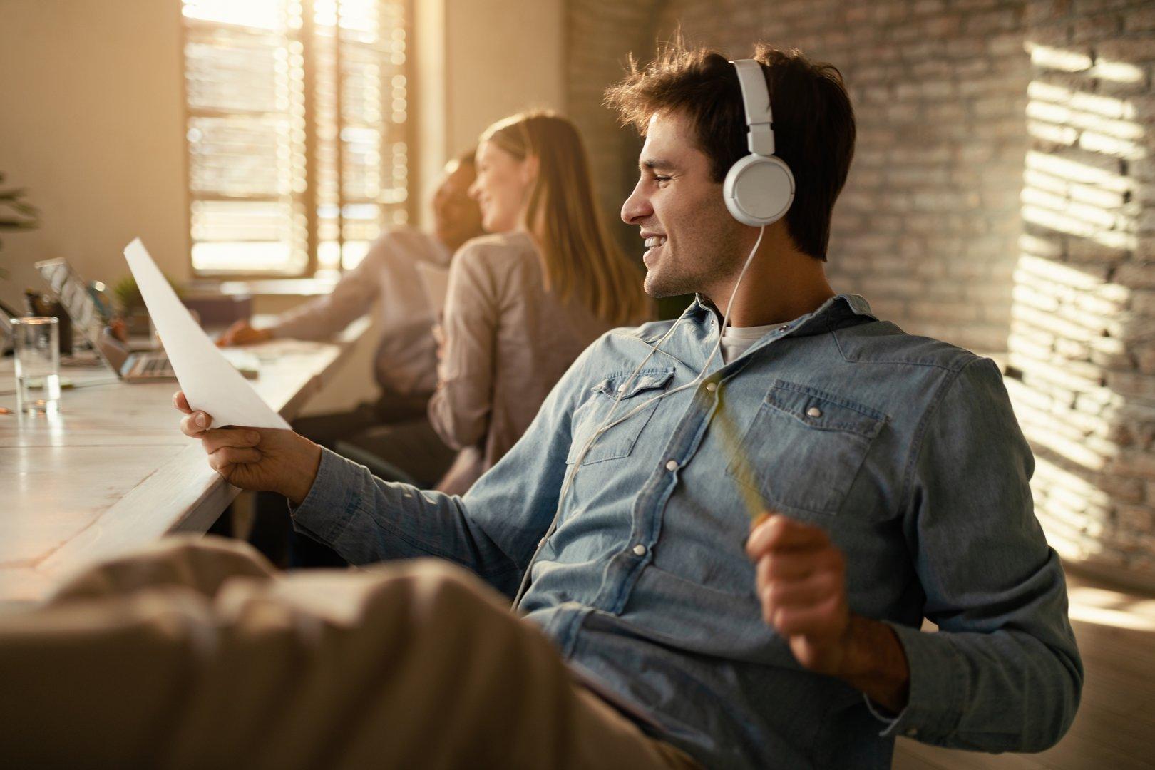 Student hört Musik beim Arbeiten